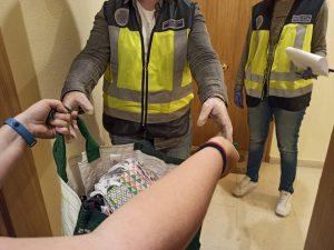 TRES MUJERES SIRIAS REFUGIADAS EN ESPAÑA COSEN MASCARILLAS PARA LA POLICÍA NACIONAL 3