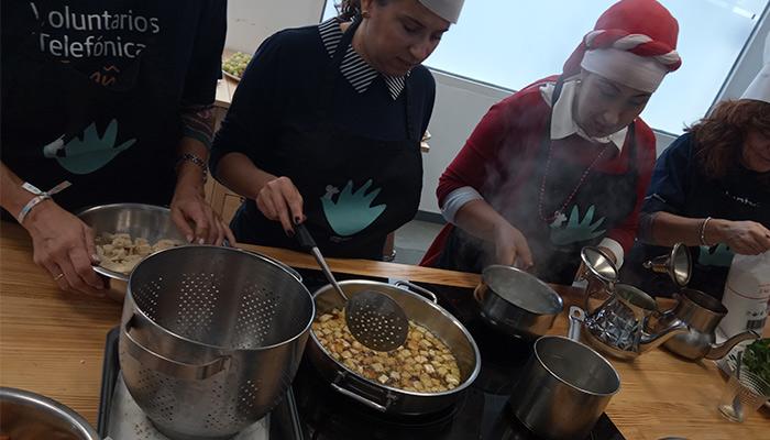 mujeres refugiadas cocinando