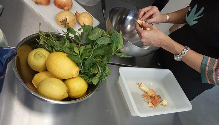 Mujer refugiada cocinando