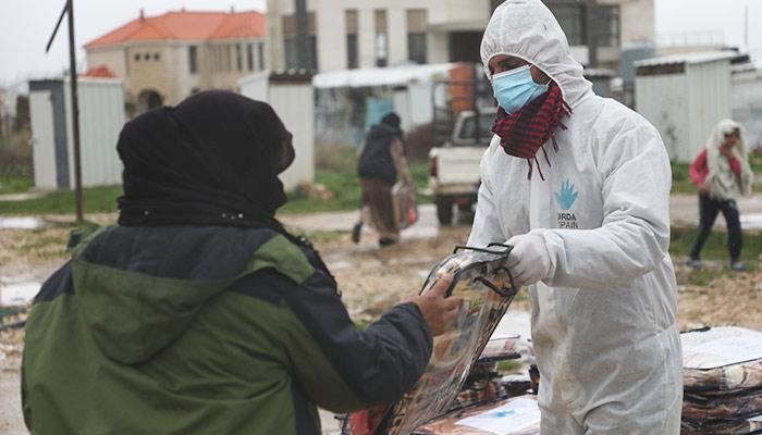 Entrega de mantas a refugiados en Líbano